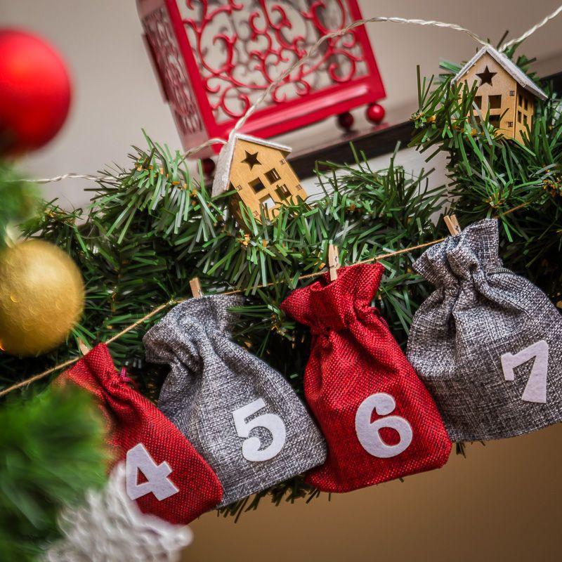 Advent calendar burlap bags 12 x 15 cm - silver and maroon + white numbers